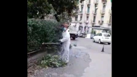 Piazza Medaglie d'Oro, addetti NapoliServizi ripuliscono i giardini Silvia Ruotolo