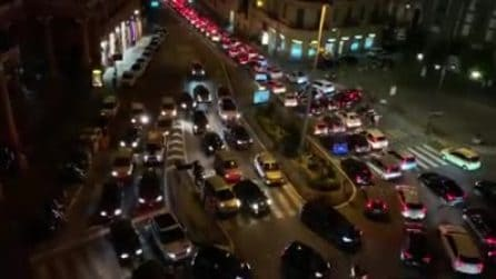 Notte di traffico a Napoli: saltate tutte le norme anti-assembramento