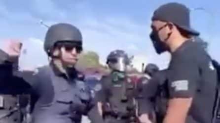 Colpisce con un pugno al volto un poliziotto durante le proteste per la morte di George Floyd