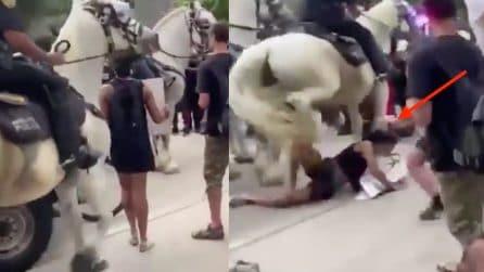 Poliziotto a cavallo calpesta una manifestante inerme: l'immagine shock durante le manifestazioni