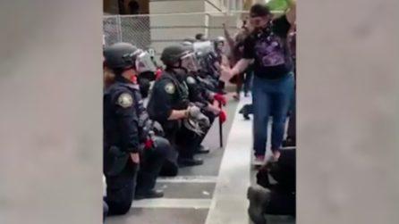 George Floyd, poliziotti in ginocchio: i manifestanti ringraziano con abbracci e strette di mano