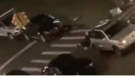 Scontri e violenza a New York, poliziotto investito da un'auto