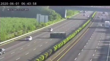 Ha il pilota automatico attivo ma non rivela il tir: lo schianto