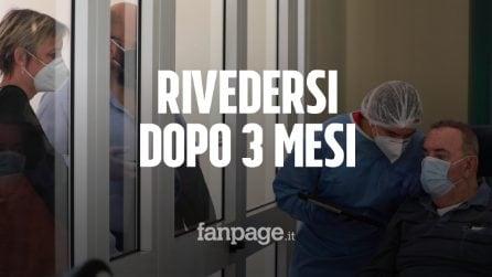 """Felicità dietro al vetro di una Rsa, familiari rivedono i cari dopo mesi: """"Sembriamo carcerati"""""""