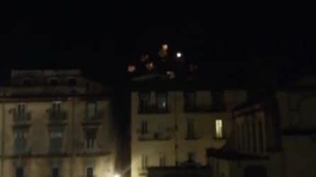 Fuochi d'artificio in piena notte in piazza San Domenico Maggiore