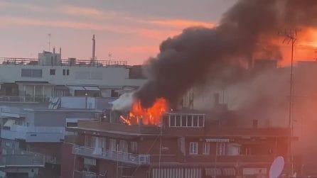 Appartamento in fiamme a Monteverde: si alza un'alta colonna di fumo nero