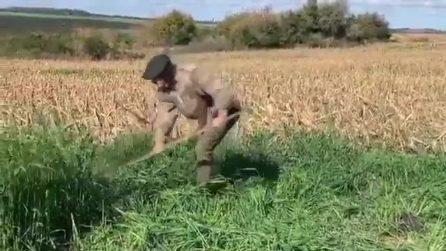 """Cavani falcia il grano nei campi: """"Così alleno gli addominali obliqui"""""""