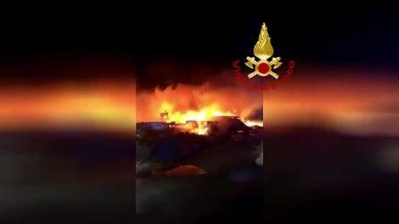 Incendi nella notte a Lampedusa: in fiamme i barconi utilizzati dai migranti per arrivare in Italia