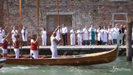 Venezia, la Vogada della Rinascita: omaggio a medici e infermieri davanti all'ospedale
