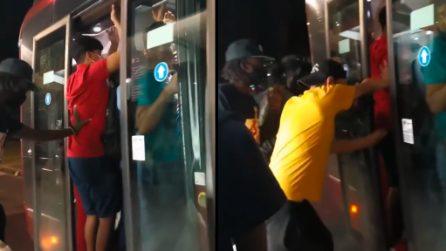 Roma, tutti ammassati sul bus senza distanziamento sociale: i passeggeri vengono spinti dentro