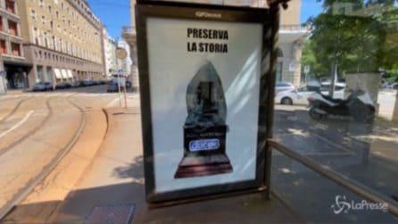 """Milano, statua di Montanelli avvolta da un profilattico: """"Preservare la Storia"""""""