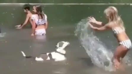 Gioca in acqua col suo pitbull: il cane reagisce a modo suo quando viene bagnato dalla piccola