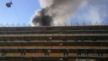 Incendio al Ministero del Lavoro: le immagini della nube nera
