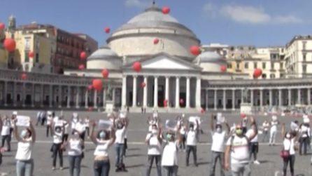Napoli, palloncini rossi per gli infermieri morti di Covid: il flash mob in piazza