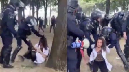 Parigi, manifestazione del personale medico: infermiera arrestata e trascinata per i capelli