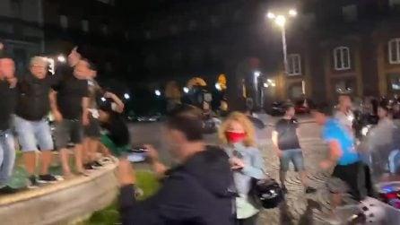 Il Napoli vince la Coppa Italia, i tifosi fanno il bagno nella fontana di piazza Trieste e Trento