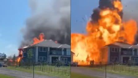 Divampa un incendio dentro casa: poi all'improvviso una grande esplosione distrugge tutto
