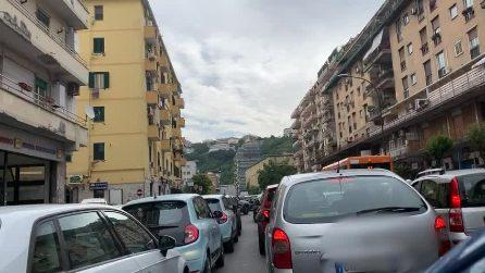 Gli operai riasfaltano la Galleria Laziale, code di auto a Fuorigrotta