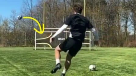 Il pallone sembra destinato a finire lontanissimo: ma con un effetto particolare si insacca all'incrocio
