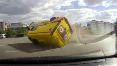 L'ambulanza sfreccia a sirene spiegate: viene colpita da un'auto e si ribalta