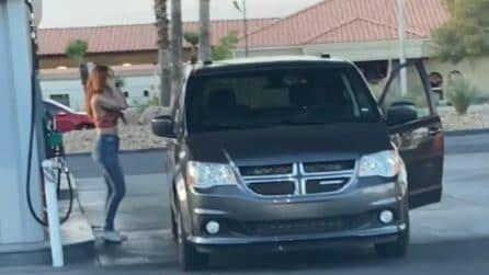 Fa diverse manovre ma non riesce a posizionare l'auto per fare benzina: la scena diventa virale
