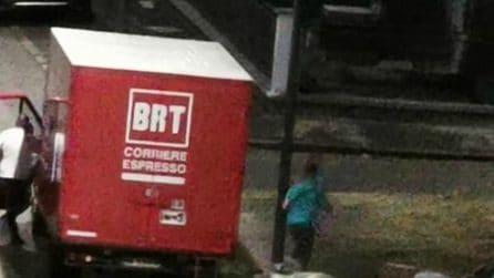 Milano, scendono dal camion della Bartolini e scaricano materassi per strada: filmati