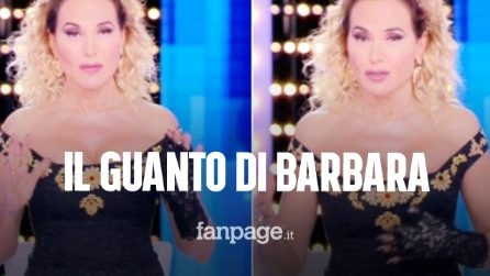 """Barbara D'Urso e il guanto di pizzo nero in diretta a Live – Non è la D'Urso: """"Noi non demordiamo"""""""