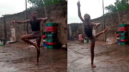 Il piccolo ballerino che balla scalzo nel fango: è davvero eccezionale