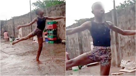 La storia del giovane ballerino che danza scalzo sotto la pioggia è una lezione per tutti noi