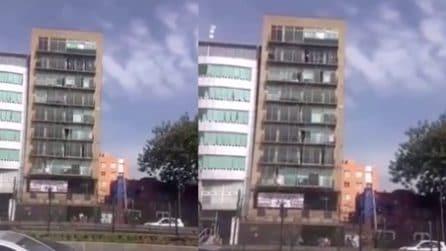 Messico, il palazzo trema vistosamente durante la forte scossa di terremoto
