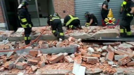 Crolla il cornicione di un edificio, muoiono una donna e i suoi due figli