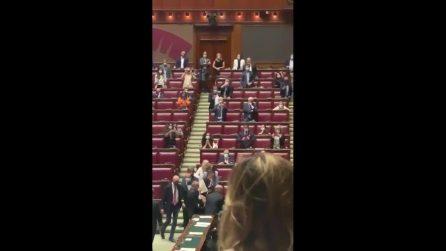 Sgarbi espulso dalla Camera: il deputato viene trascinato fuori dall'Aula dagli assistenti