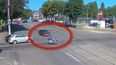Attraversa l'incrocio ma non si accorge dell'arrivo dell'auto: l'impatto è inevitabile