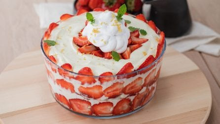 Strawberry Trifle: the creamiest dessert on the earth!