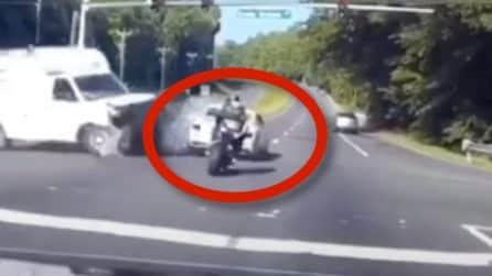 Incidente all'incrocio: il motociclista arriva a tutta velocità