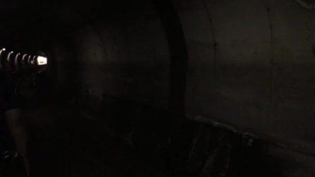 Napoli, il treno della metro si ferma sotto la galleria: passeggeri a piedi sui binari