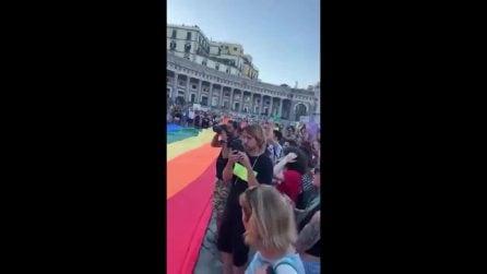 Pride Napoli, migliaia di persone in piazza del Plebiscito per il flash mob per i diritti Lgbt