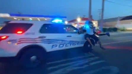 Black Lives Matter, auto della polizia accelera tra i manifestanti che la circondano: quattro feriti