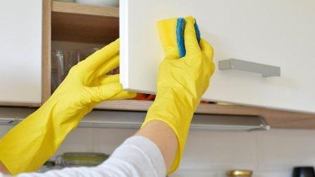 Come pulire i mobili della cucina con la pastiglia della lavastoviglie