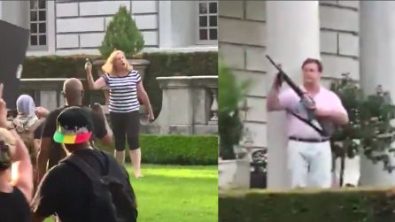 Razzismo, una coppia punta pistola e mitra contro i manifestanti
