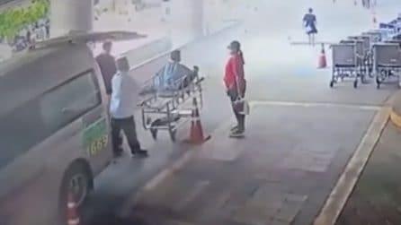 Scoppia bombola d'ossigeno, ambulanza va a fuoco il paziente allettato si alza e scappa