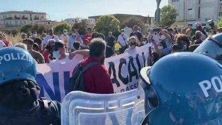 Salvini a Mondragone, la polizia carica i manifestanti