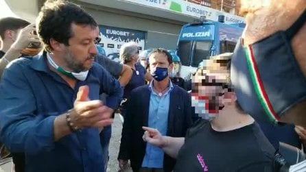Salvini a Mondragone, parla senza mascherina con un uomo in quarantena