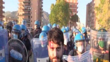 """Salvini a Mondragone, ragazzo ferito alla testa dalla polizia: """"Manganellate senza motivo"""""""