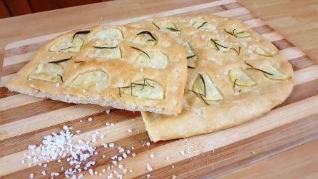 Focaccia patate e rosmarino: la ricetta semplice e saporita