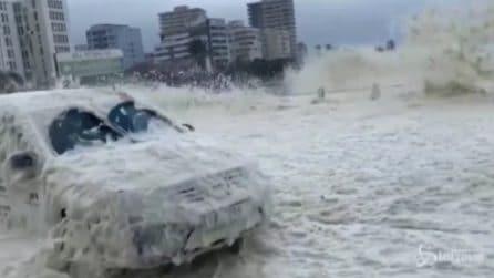 Tempesta a Cape Town, la città sommersa dalla schiuma marina