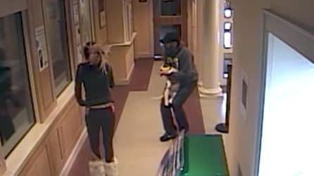 Il loro cagnolino non respira più: due ragazzi entrano nella stazione di polizia disperati
