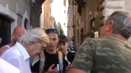 I contestatori di Toninelli, vanno poi a far festa con Vittorio Sgarbi