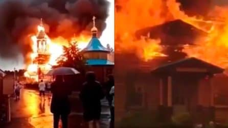 Cade un fulmine, chiesa ortodossa va in fiamme