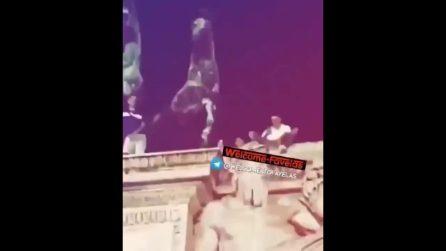 Milano, ubriachi si arrampicano sull'Arco della Pace: interviene la polizia